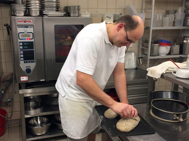 Der Allgäuer Bio-Bäcker bei der Arbeit